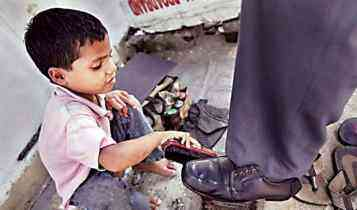 child labour, kid polishing shoes